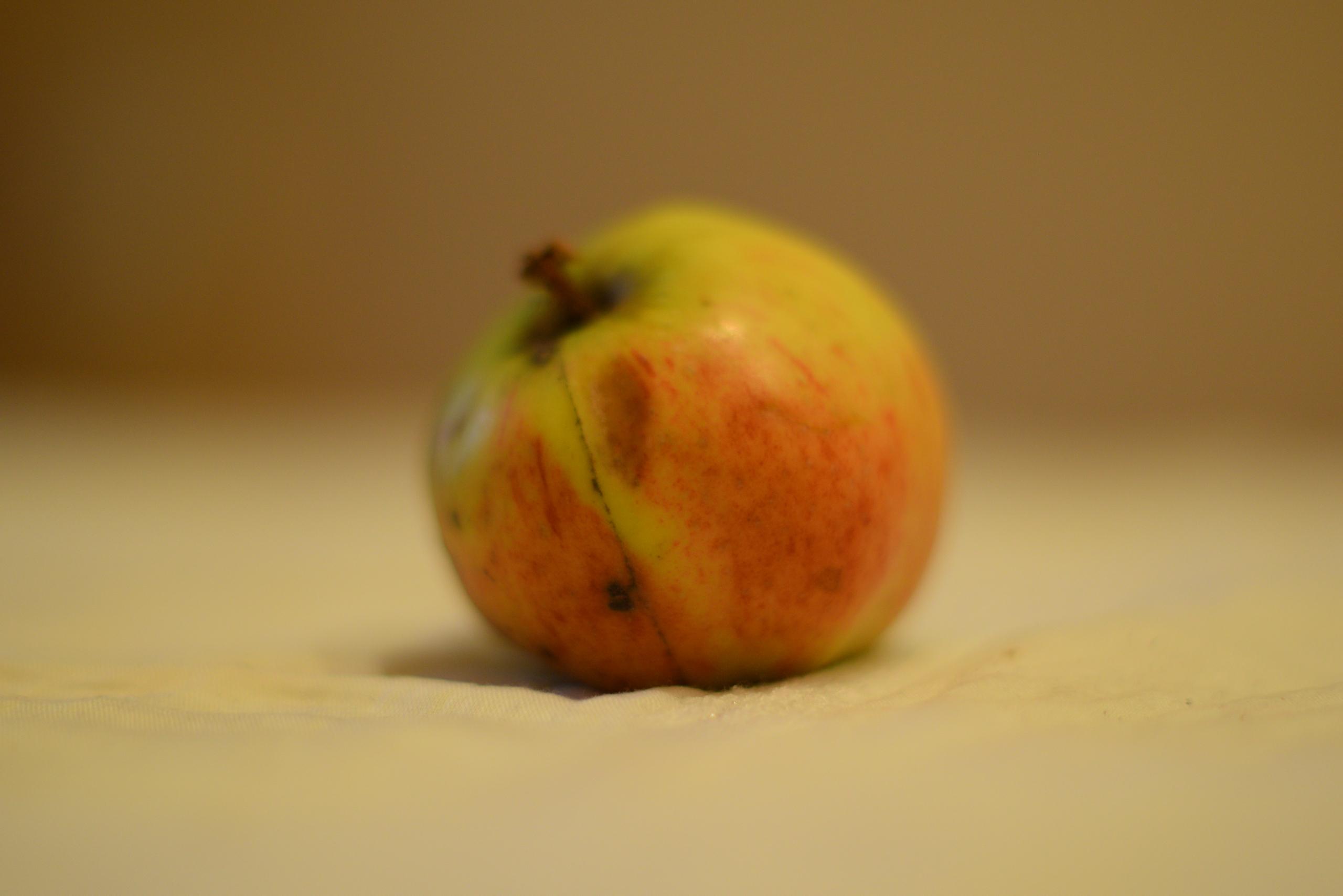на первом фото яблоко не в резкости,сделано оно чтобы в резкость попала складка материи перед яблоком.