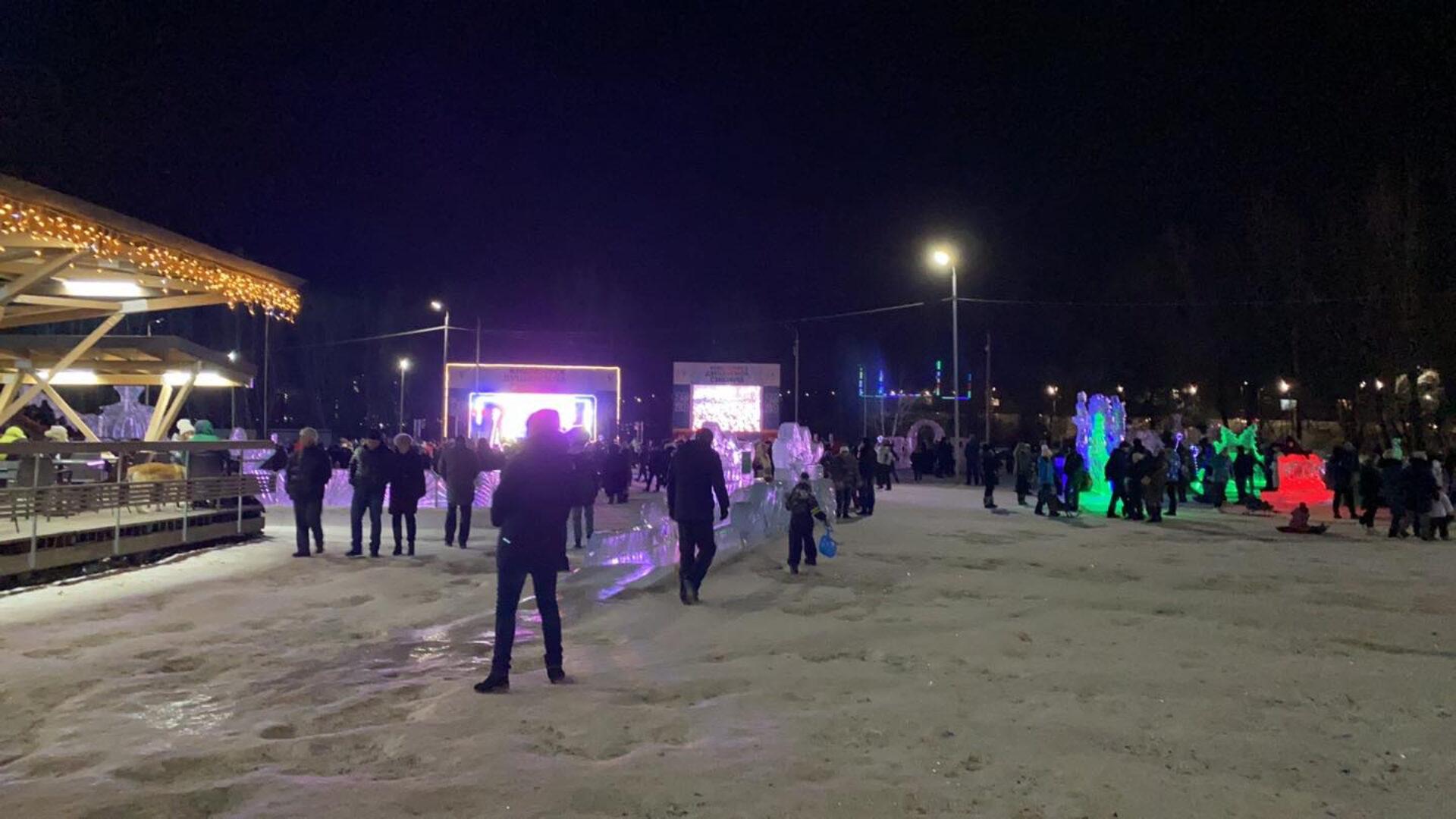 Народные гуляния ночью поострову Татышев вКрасноярске