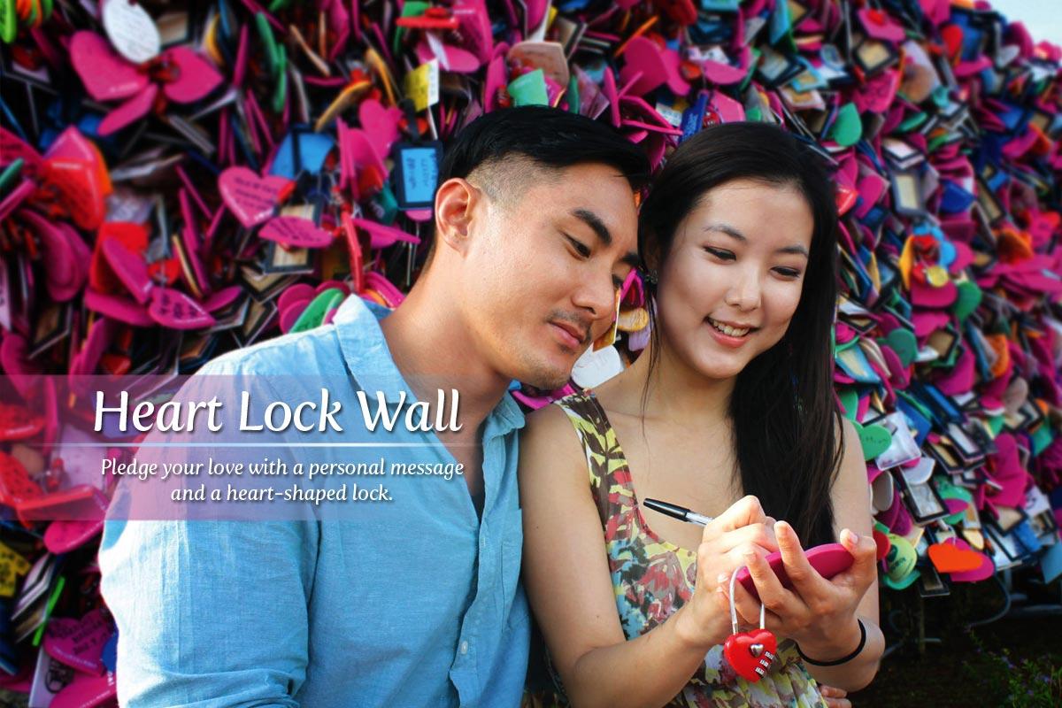 Фото с www.puntandosmantes.com - стена с замками-сердечками