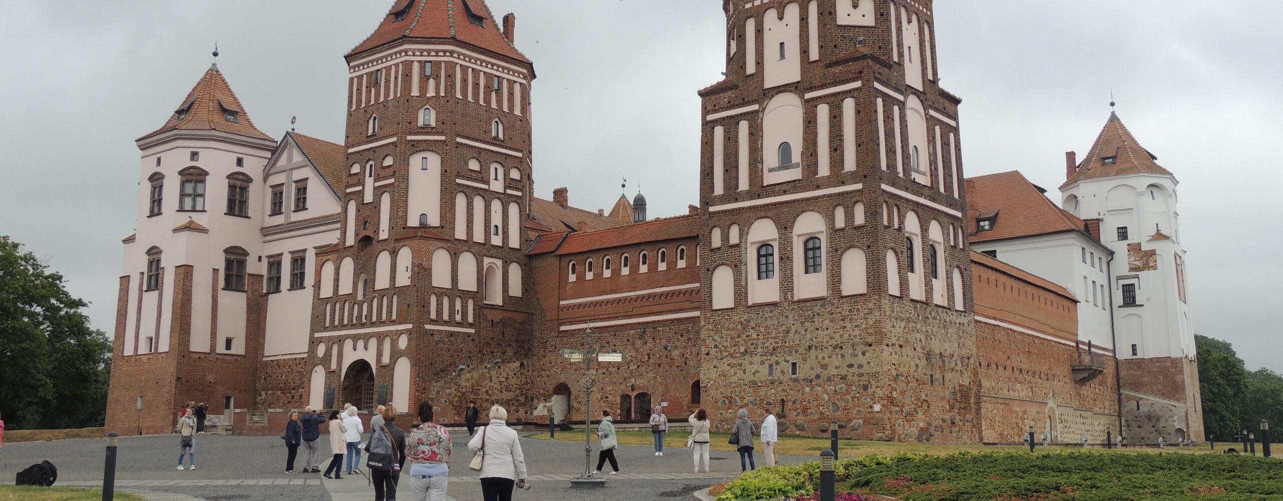 Изсолнечной Сибири вдождливую Беларусь. Часть 3: Мирский замок